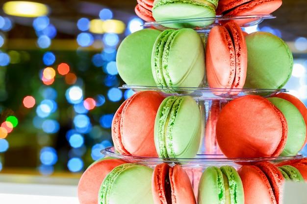 Torre de macarons coloridos natal bokeh ligh