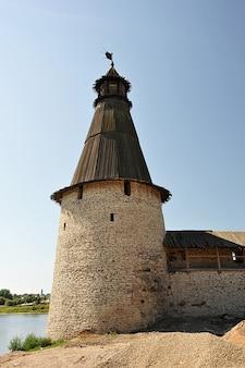Torre de observação do antigo kremlin em pskov, rússia