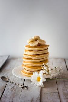Torre de panquecas com banana fatiada