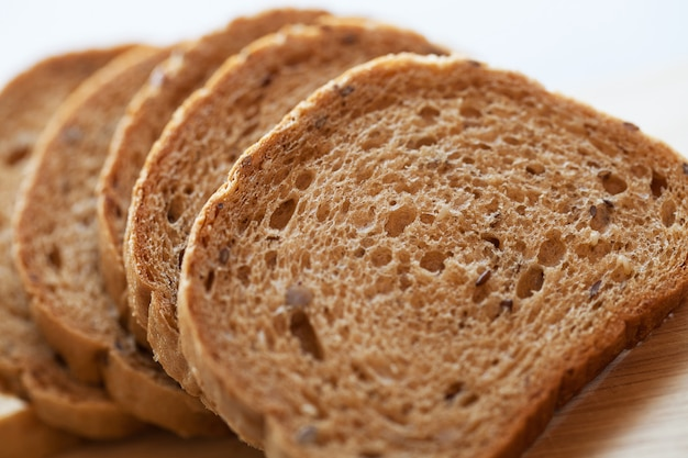 Torre de pedaços de pão em uma mesa