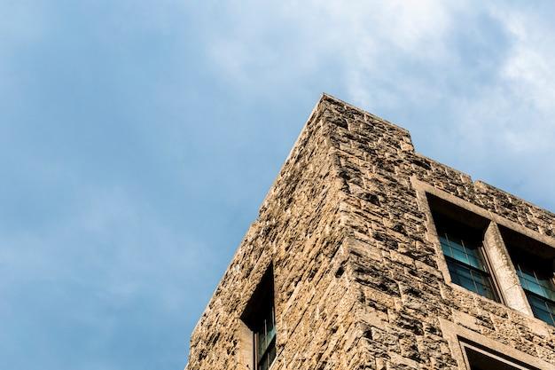 Torre de pedra antiga de baixo ângulo