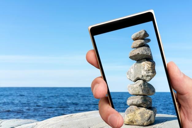 Torre de pedra na tela do smartphone
