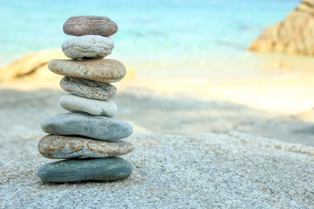 Torre de pedras na areia da praia