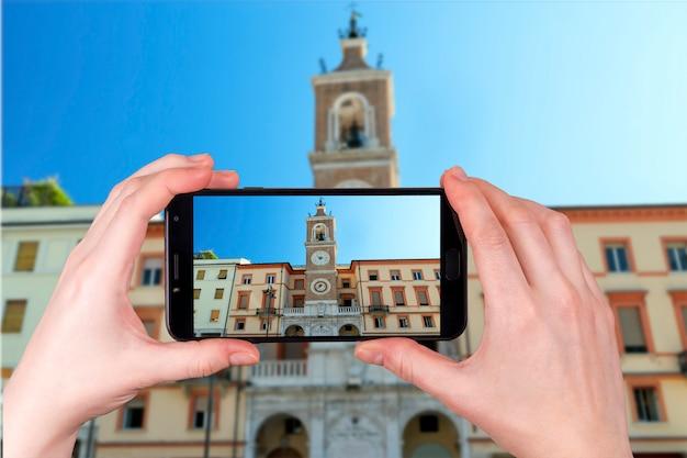 Torre de pulso de disparo na praça martiri em rimini itália. foto tirada no telefone