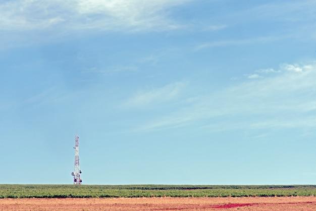 Torre de rádio com antenas de transmissão