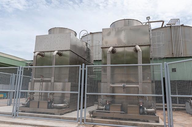 Torre de resfriamento em planta industrial