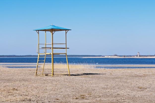 Torre de salva-vidas antigos vintage na praia