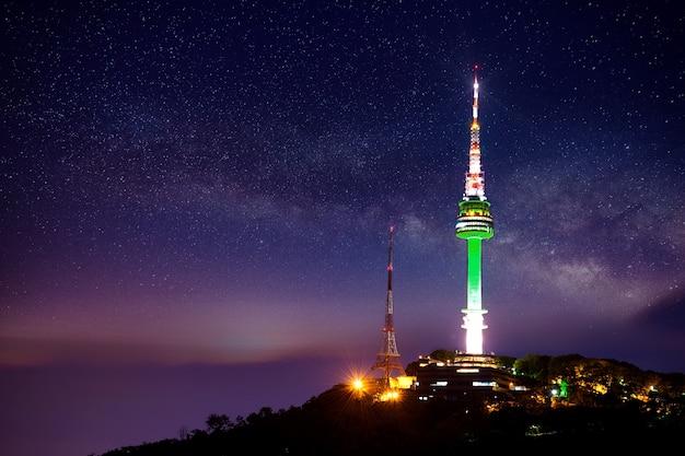 Torre de seul com via láctea à noite