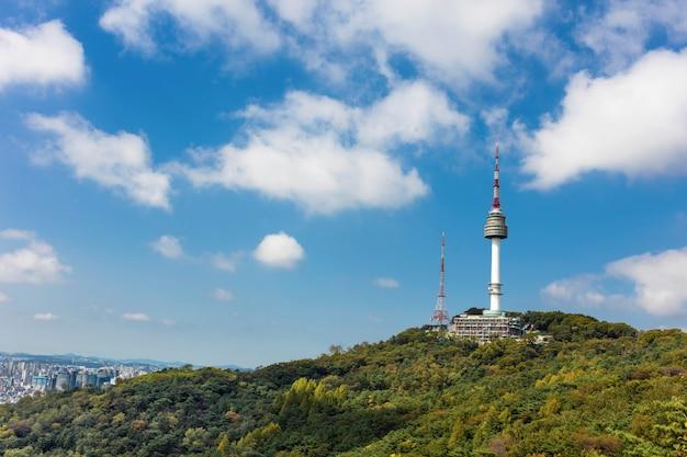 Torre de seul na montanha com céu azul e nuvens brancas