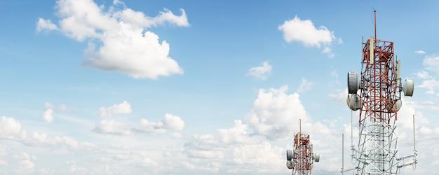 Torre de sinal no céu azul