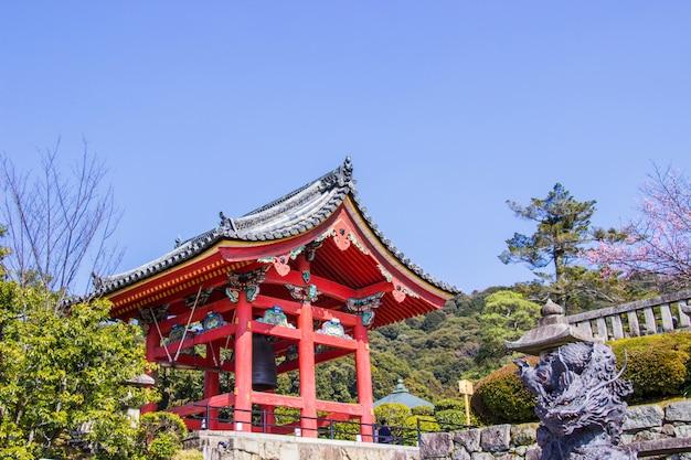 Torre de sino bonita dentro do templo de kiyomizu-dera.
