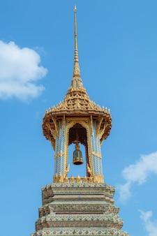Torre de sino dourado no palácio e no templo grandes de emerald buddha em banguecoque, tailândia. (wat phra kaew)