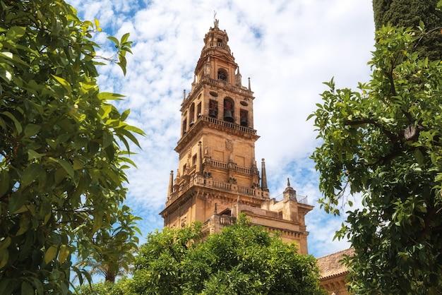 Torre de sino torre de alminar da catedral de mezquita a grande mesquita em córdova, espanha.