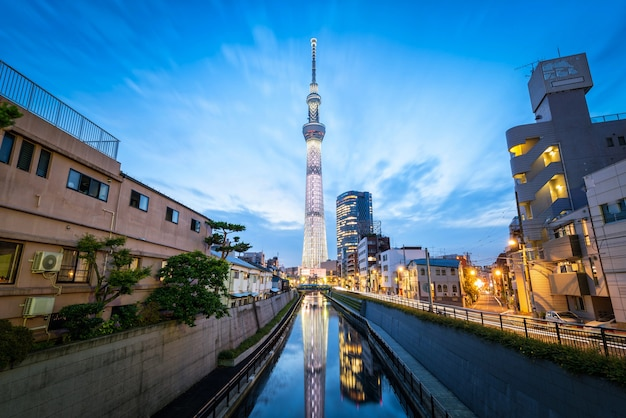 Torre de skytree do tóquio na noite em asakusa, tóquio, japão. marco no japão