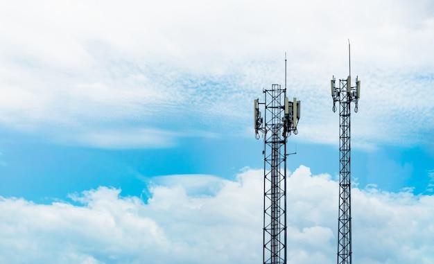 Torre de telecomunicações com céu azul e nuvens brancas