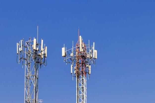 Torre de telecomunicações com céu azul