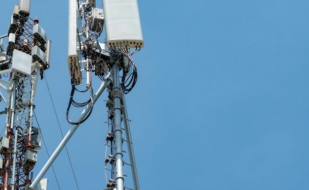 Torre de telecomunicações com fundo de céu azul claro a antena contra o céu azul poste de rádio