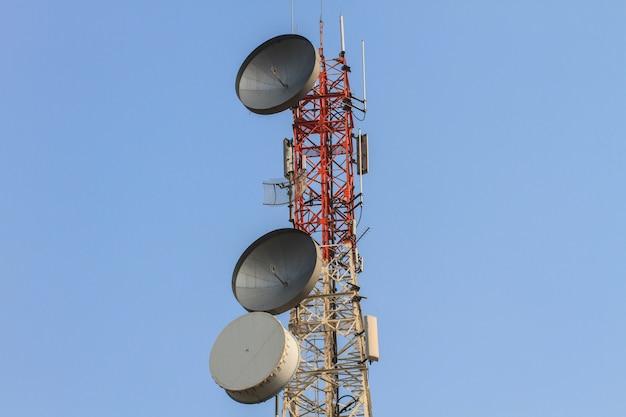 Torre de telecomunicações com fundo lindo céu, antenas de sistemas celulares