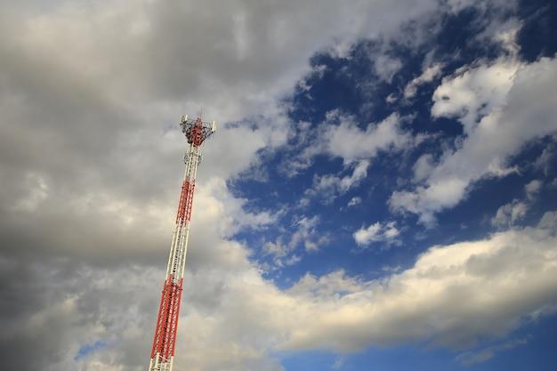 Torre de telecomunicações e o céu