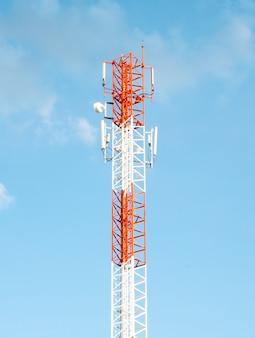 Torre de telecomunicações móveis com céu azul