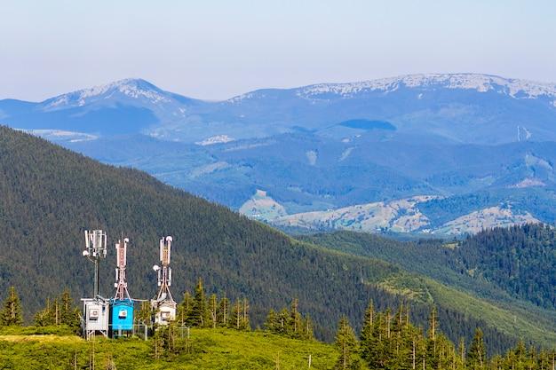 Torre de telecomunicações móveis ou torre de celular com antena e equipamentos de comunicações eletrônicas nas montanhas dos cárpatos