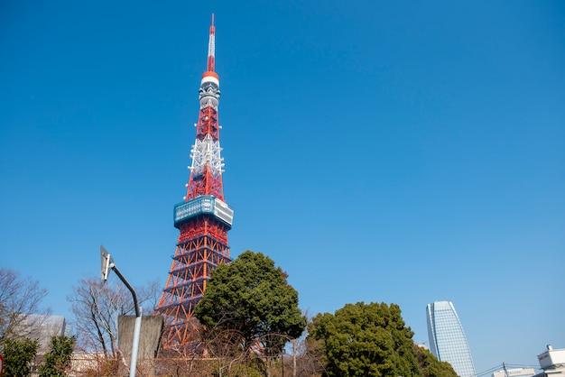 Torre de tóquio com céu azul