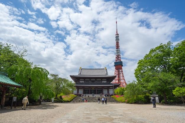 Torre de tóquio com o templo zojoji na cidade de tóquio, japão