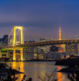 Torre de tóquio com pôr do sol da ponte do arco-íris