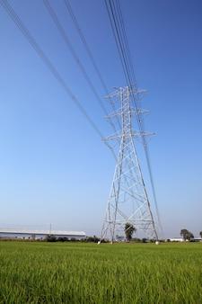 Torre de transmissão de alta tensão e cabo de fiação de tensão elétrica no céu azul