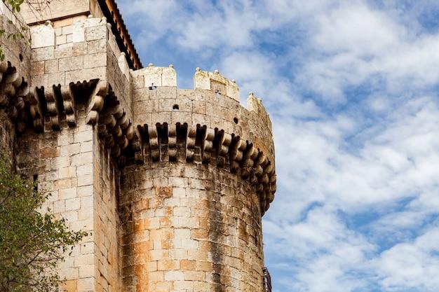 Torre de um castelo localizado no norte da espanha