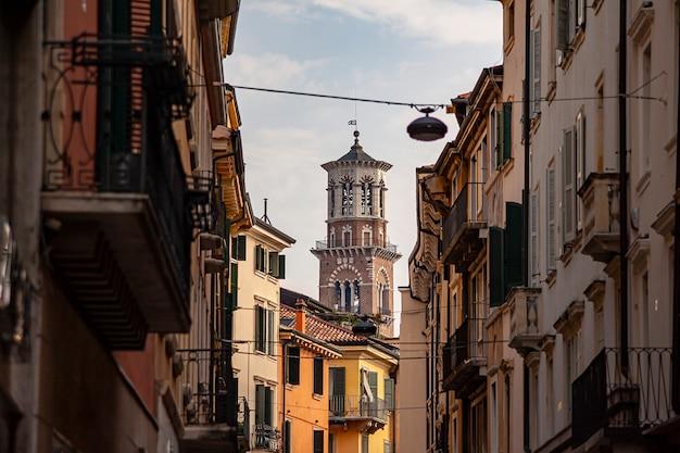 Torre de verona vista entre casas e edifícios históricos