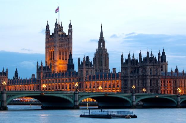 Torre de victoria na casa do parlamento em londres