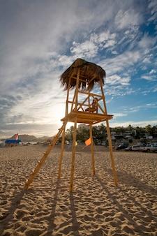 Torre de vigia vazia na areia