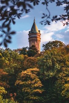 Torre do banco do luxemburgo, rodeado de árvores