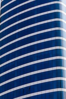 Torre do burj khalifa. este arranha-céu é a estrutura artificial mais alta do mundo, medindo 828 m. concluído em 2009.
