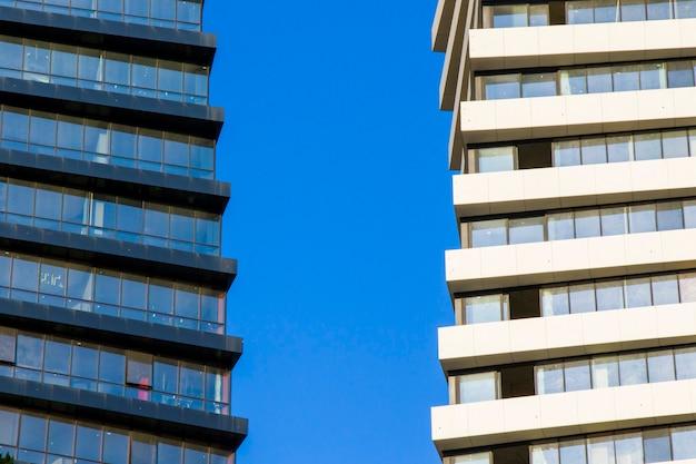 Torre do edifício moderno em tbilisi, torre do eixo. geometria e simetria da arquitetura.