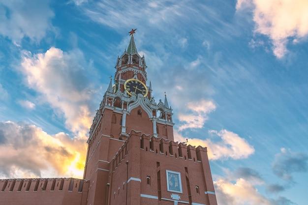 Torre do kremlin de moscou spasskaya e lindo céu nublado à noite