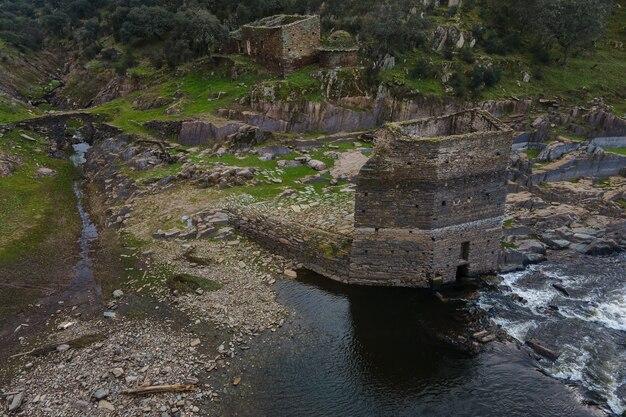 Torre do moinho e outras ruínas antigas na margem do rio alagon. casillas de coria. espanha.
