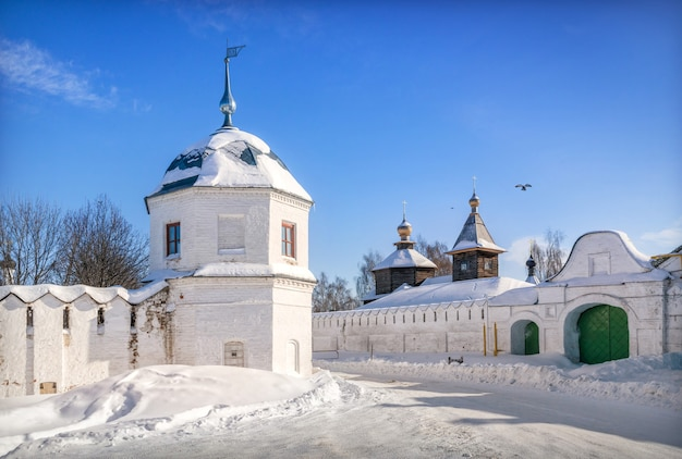 Torre do mosteiro da anunciação e igreja sergievskaya do mosteiro da trindade em murom