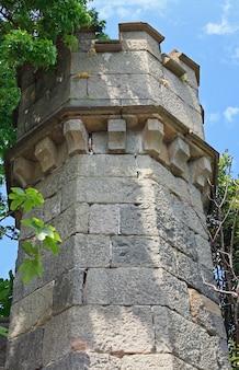 Torre do palácio vorotsovsky (ucrânia, crimeia, alupka, estilo inglês, construída em 1830-48 por edward bloor)