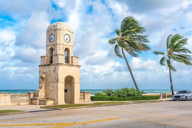 Torre do relógio de palm beach worth avenue, flórida, eua