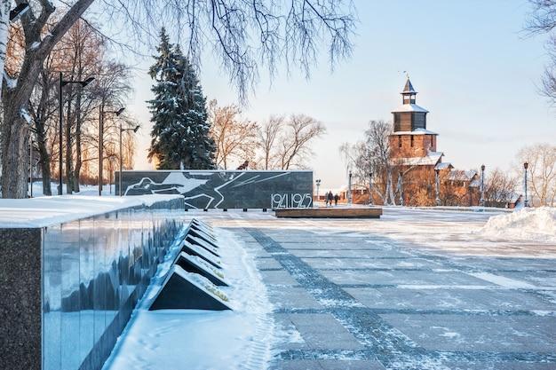 Torre do relógio do kremlin de nizhny novgorod e um monumento aos soldados mortos na guerra patriótica com fogo eterno