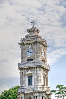 Torre do relógio dolmabahce em istambul, turquia