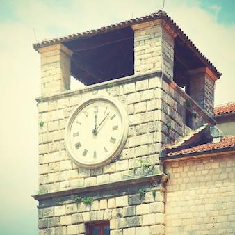 Torre do relógio na cidade velha de kotor, montenegro. imagem filtrada de estilo retro