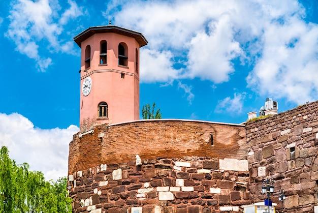 Torre do relógio no castelo de ancara, na capital da turquia