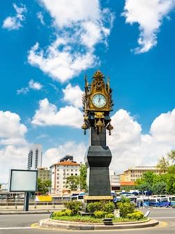 Torre do relógio no centro da cidade de ancara, turquia