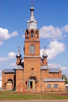 Torre do sino da igreja ortodoxa cristã de tijolo vermelho
