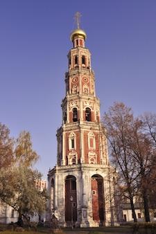 Torre do sino octogonal do famoso convento novodevichy em moscou