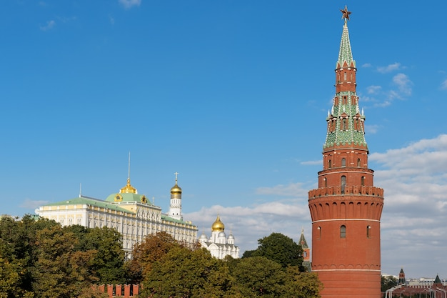 Torre e o grande palácio de kremlin ao fundo com céu azul
