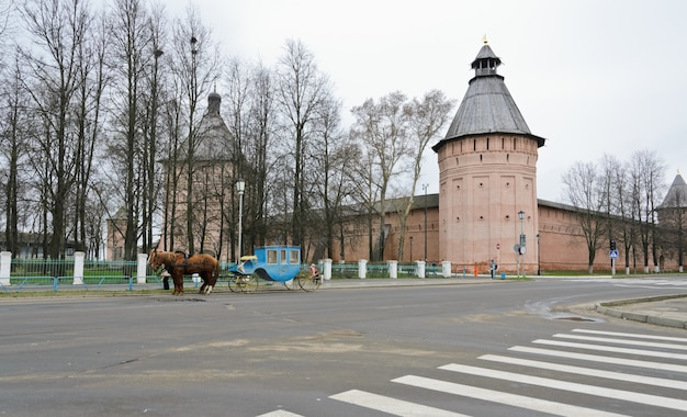 Torre e parede do mosteiro de santo eutímio em suzdal, rússia.